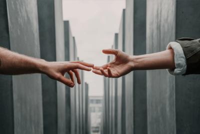 Hoe houden we elkaar vast zonder elkaar aan te raken?